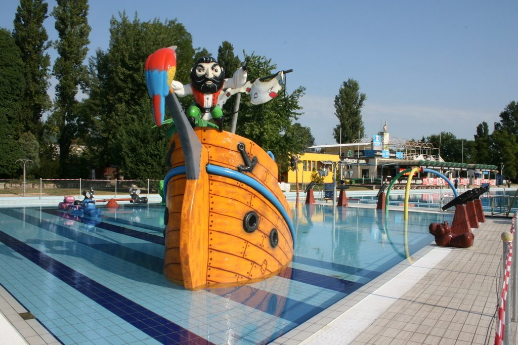 Palatinus bath in Budapest on Margit Island with kids