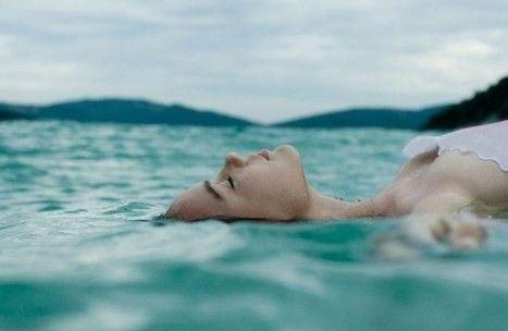Lebegés a víz felszínén