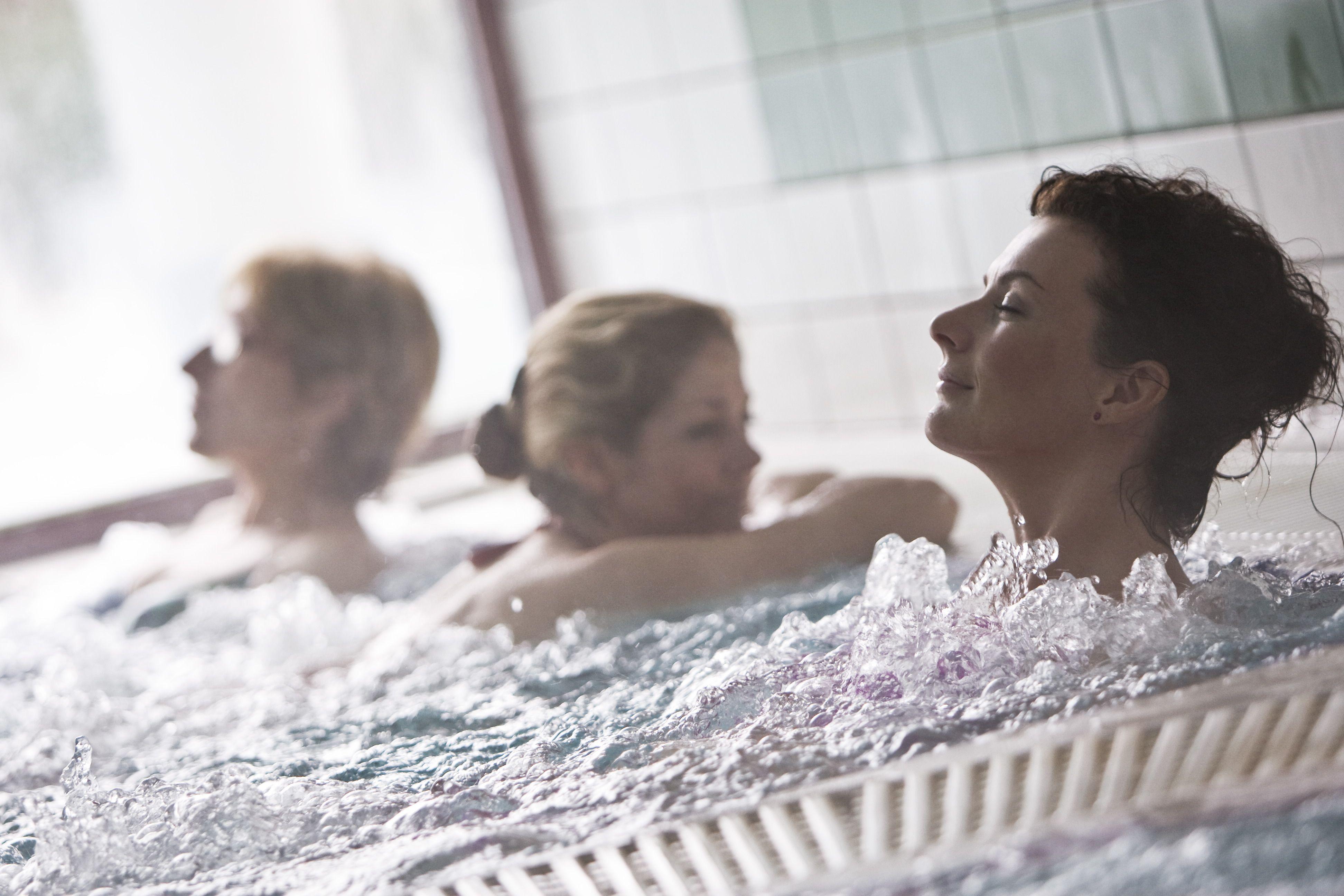 Wellness fürdőben pihenő hölgyek Sárvári szállodánkban