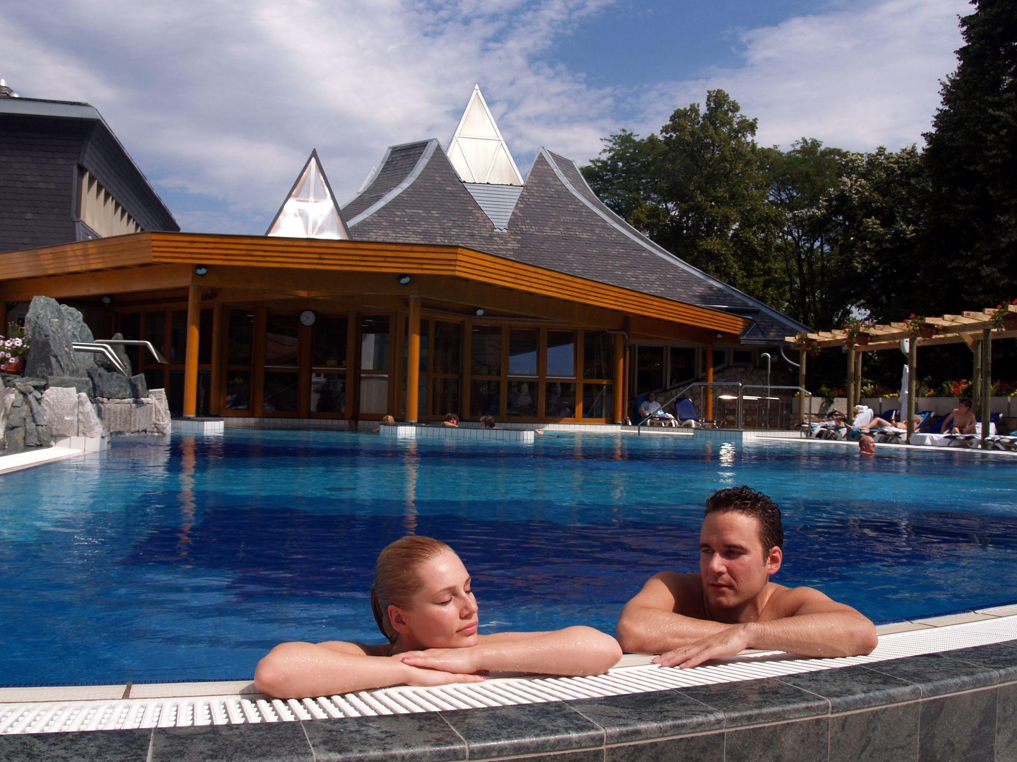 wellness pihenés medencében