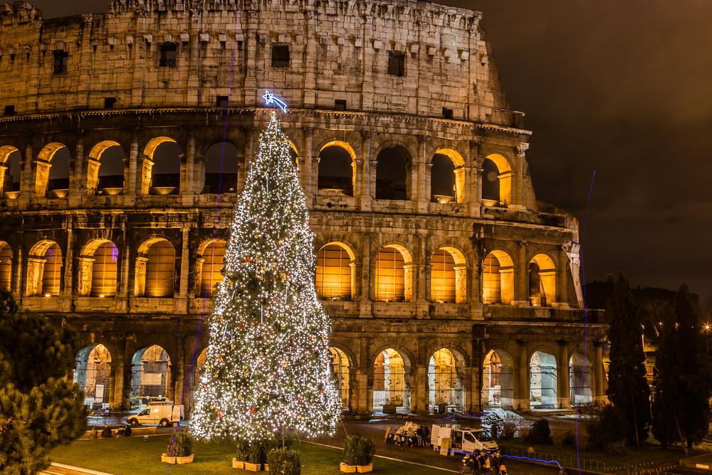 Karácsonyfa a Colosseum előtt