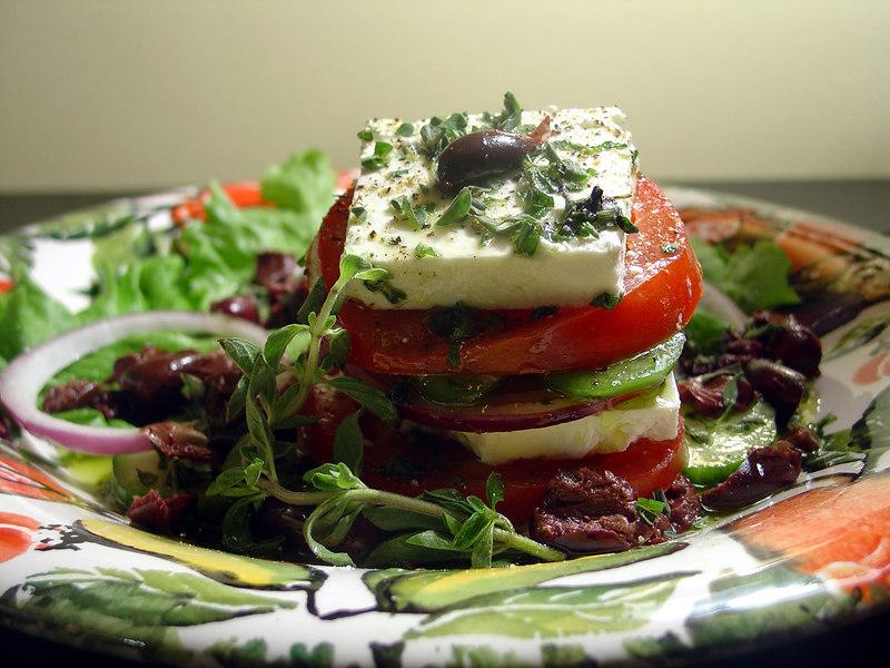 paradicsom és sajt salátával