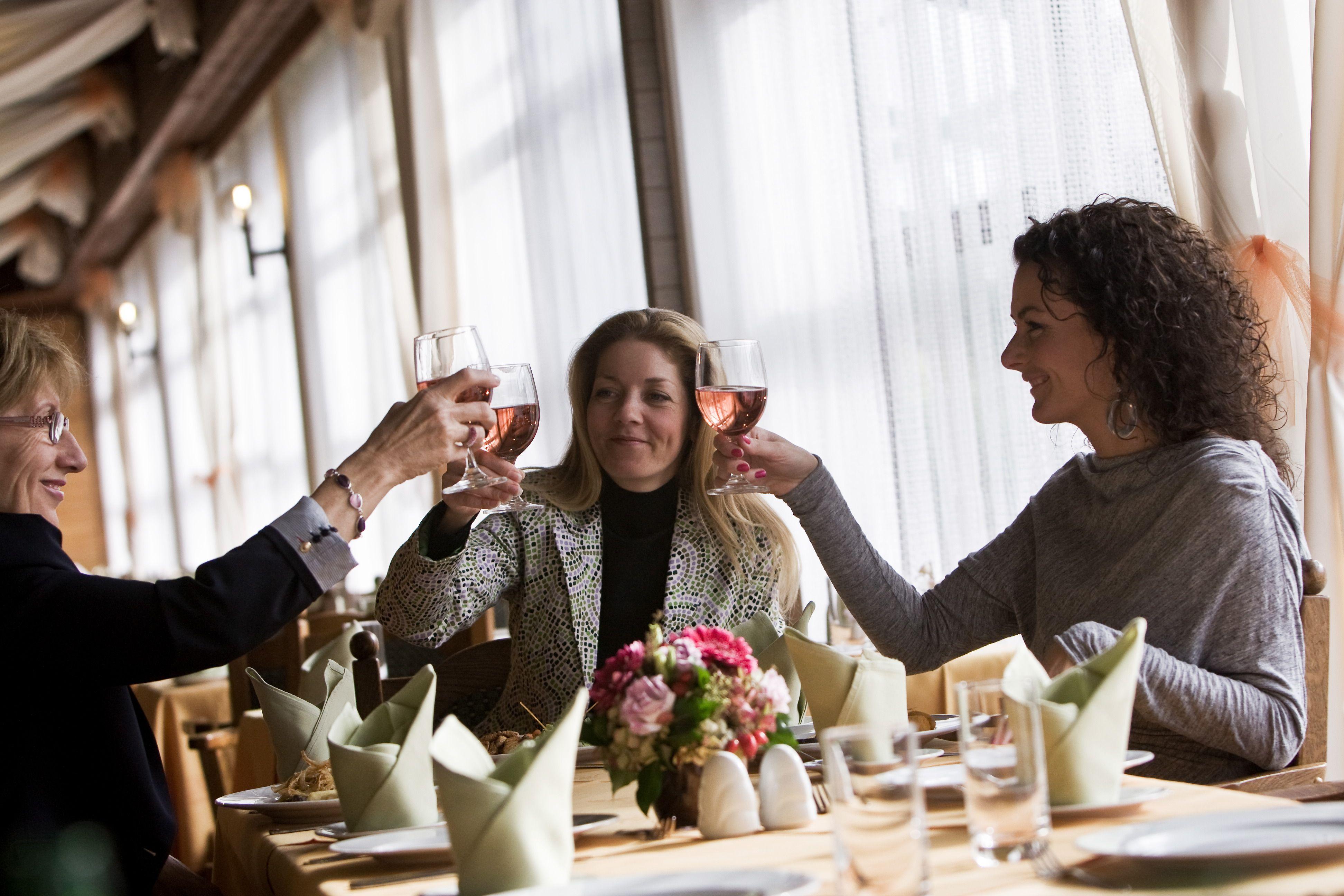 Hölgyek koccintanak a Sárvári Danubius Hotel éttermében