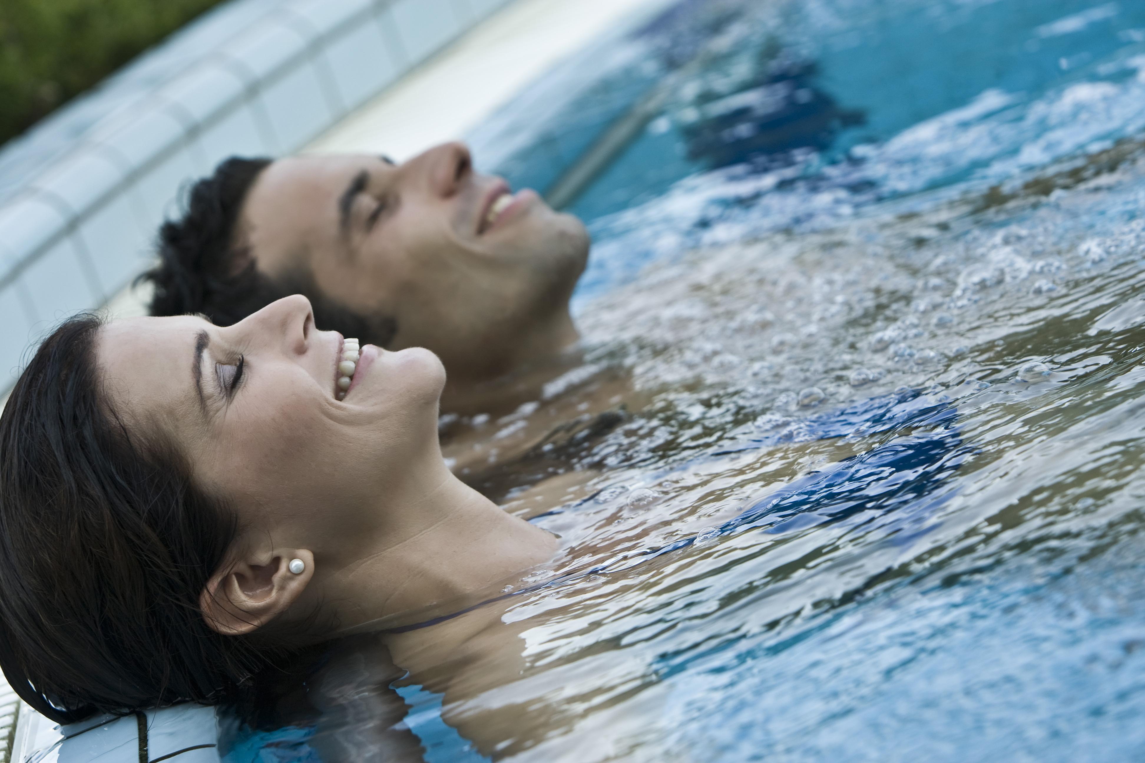 Fürdőző pár a Danubius büki szállodájának medencéjében