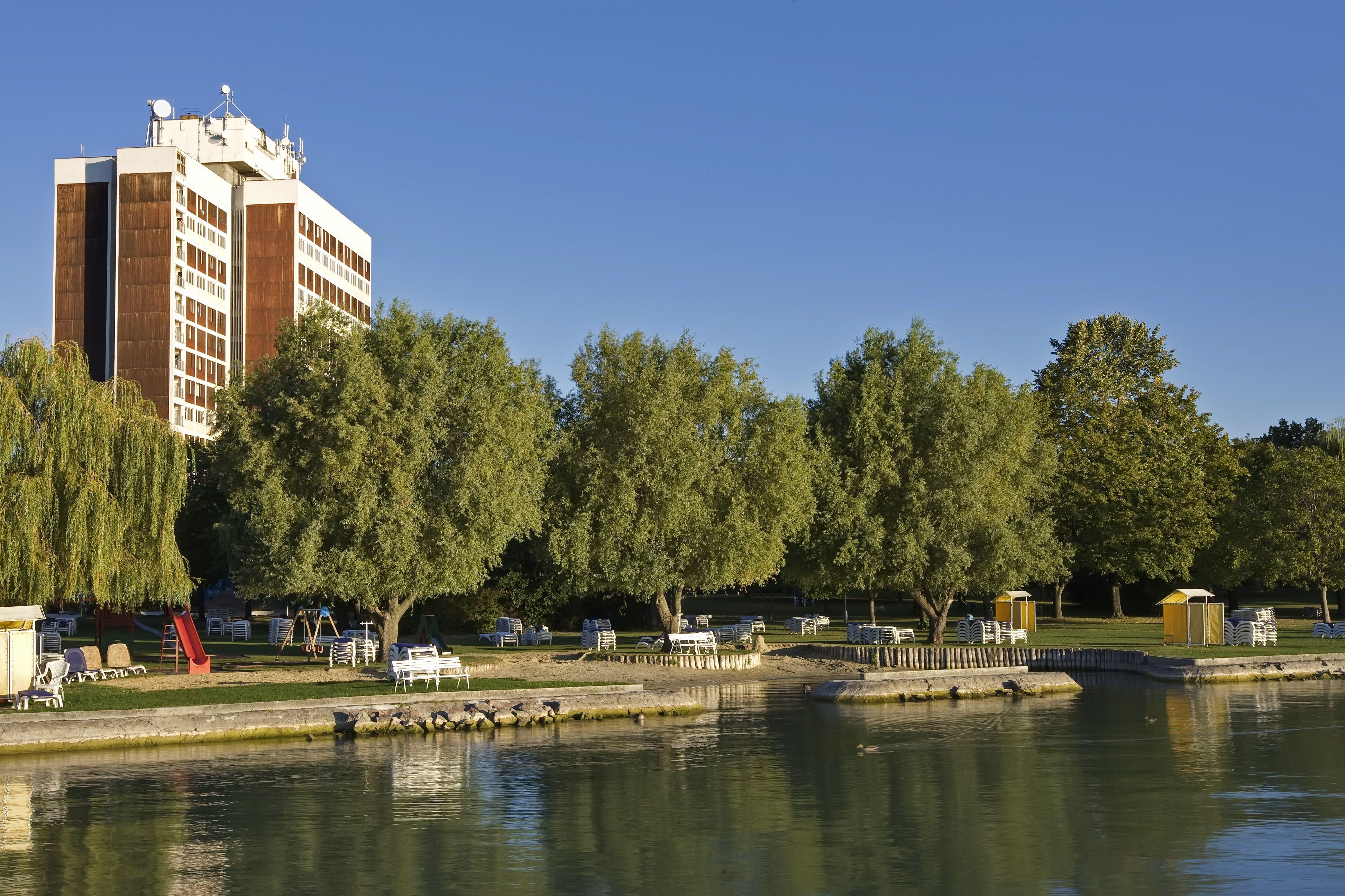 Hotel Marina épülete és a Balaton