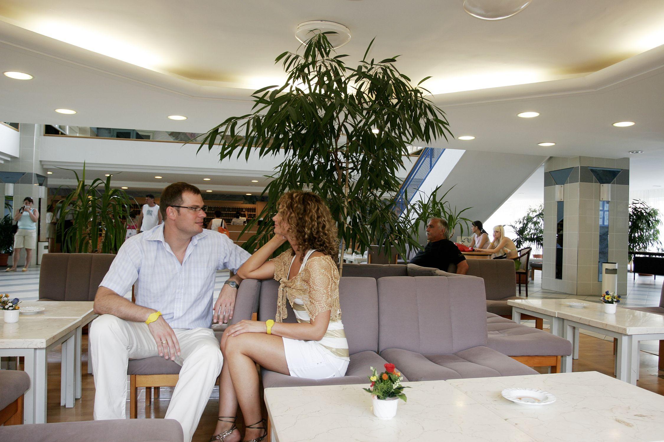 Fiatal pár üldögél a Hotel Marina lobbyjában