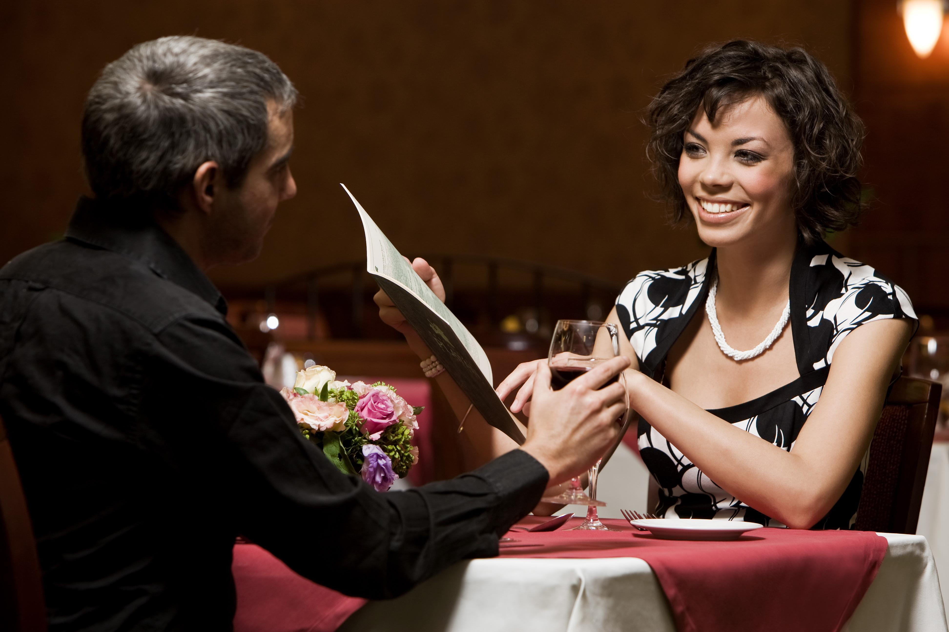 romantikus vacsora terített asztalnál