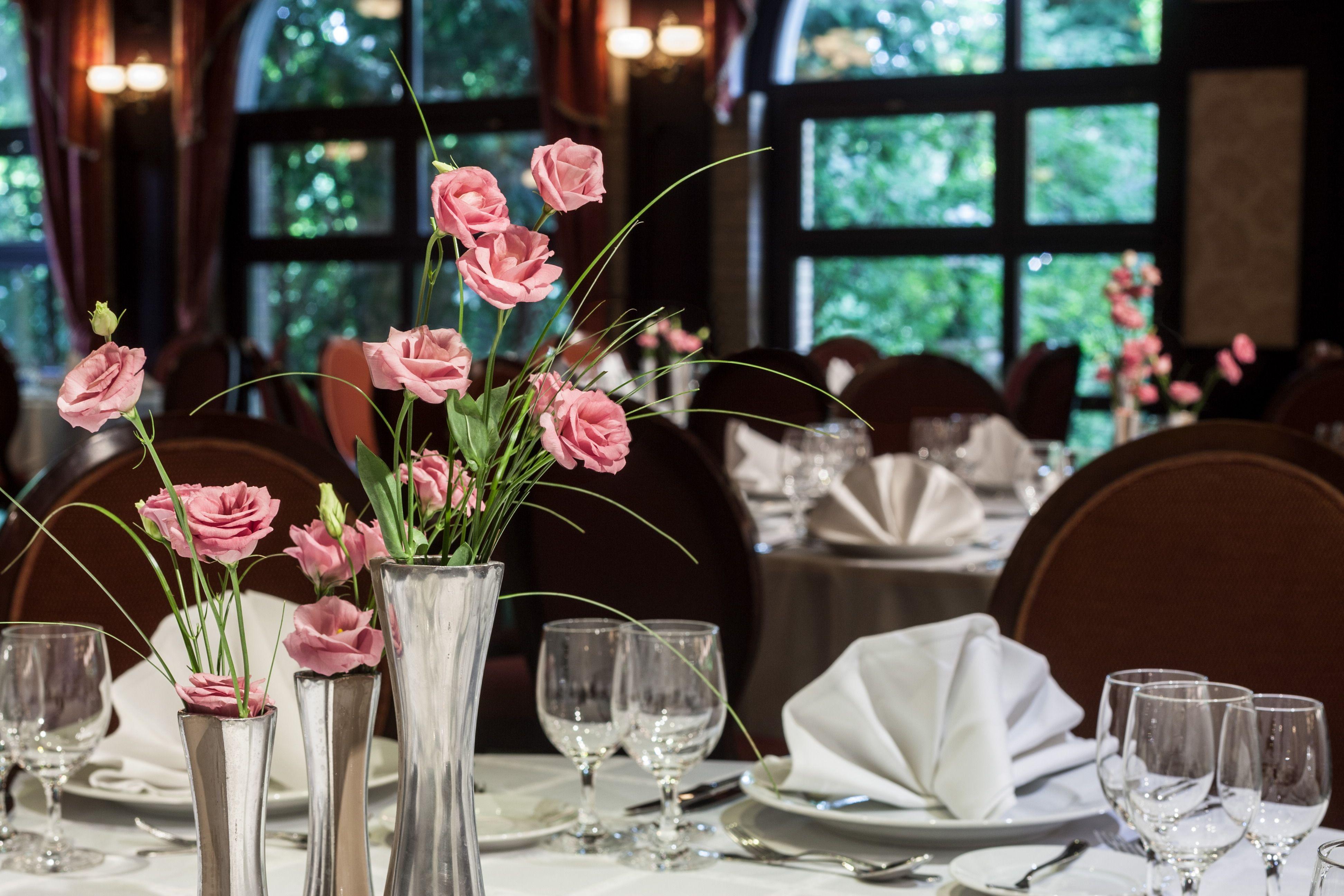 esküvőre terített asztal a Grand Hotelben
