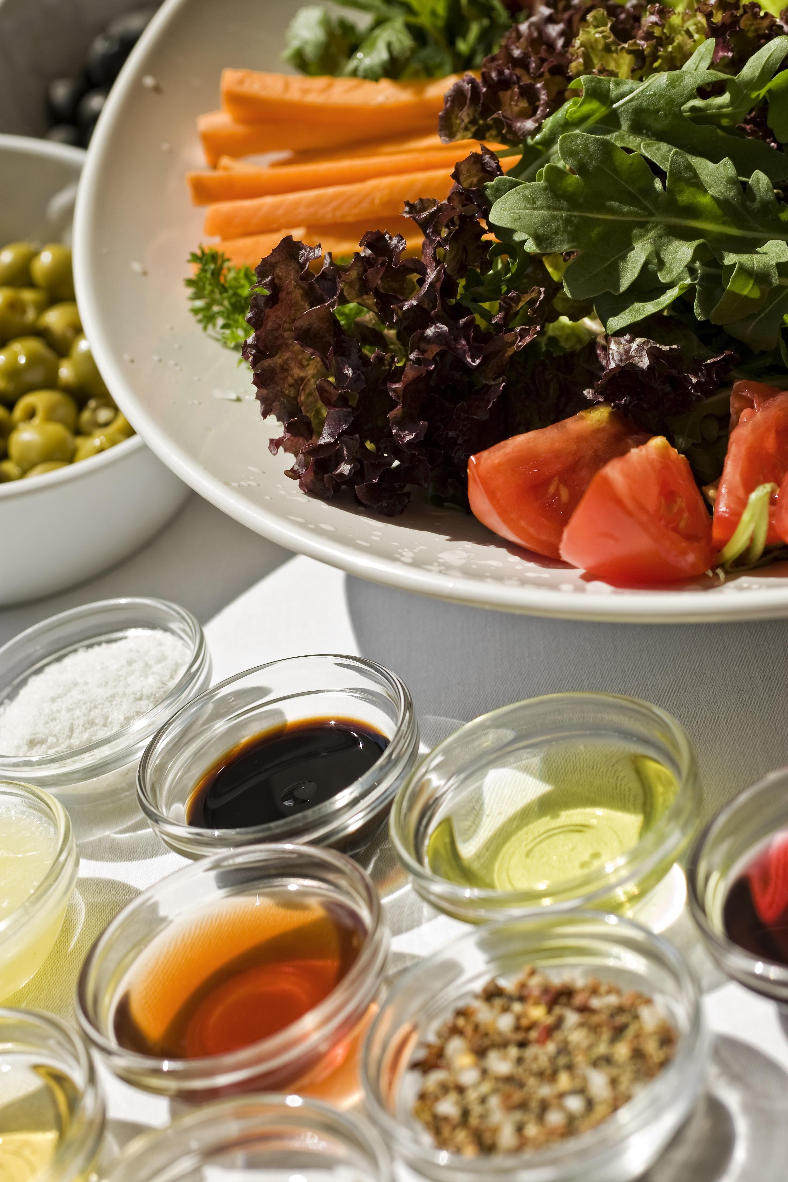 Zöldségek a terített asztalon