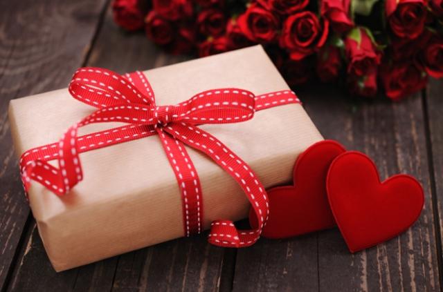 ajándék csomag piros szívvel