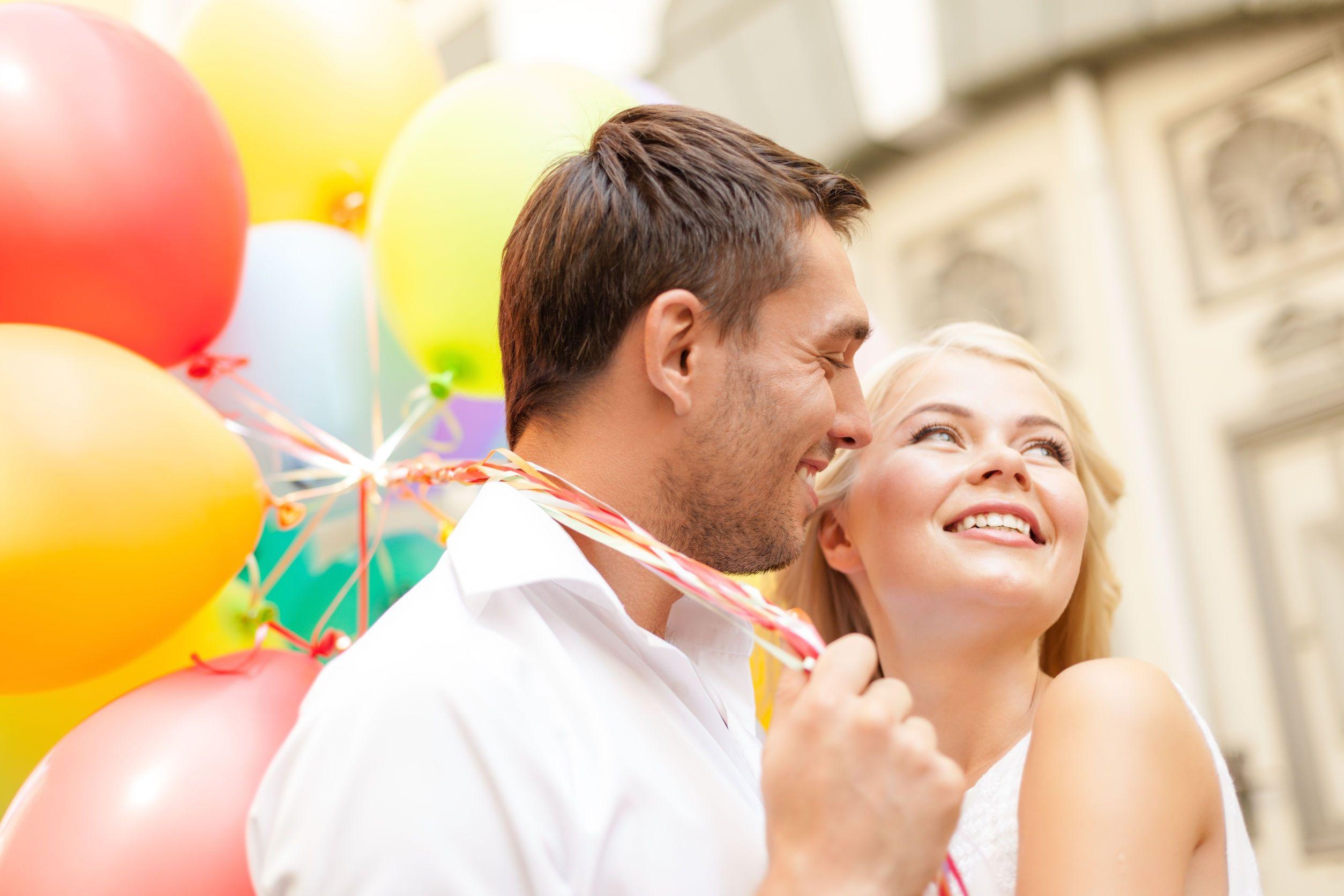 boldog ünneplő pár színes lufikkal