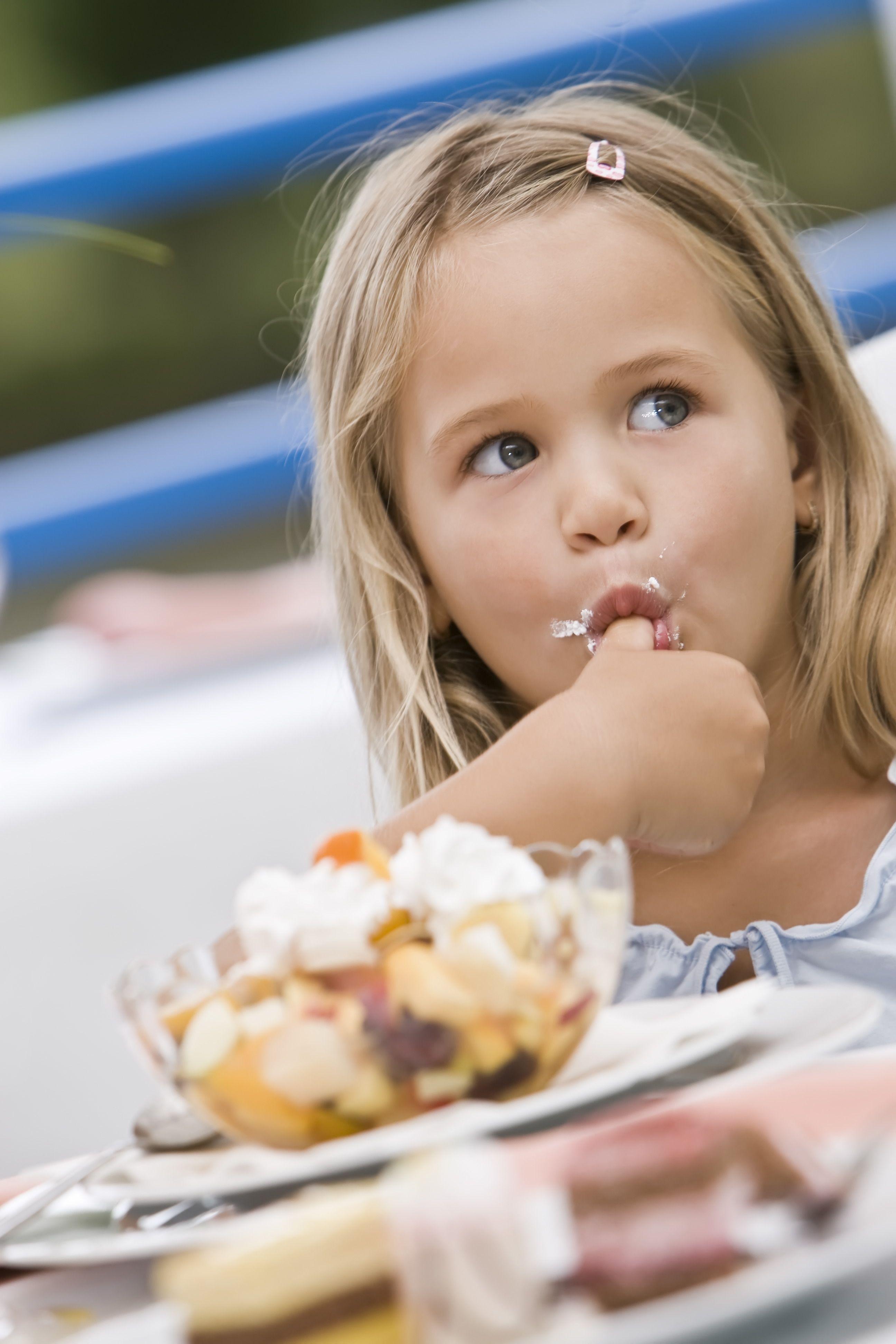 Édességet majszoló kislány