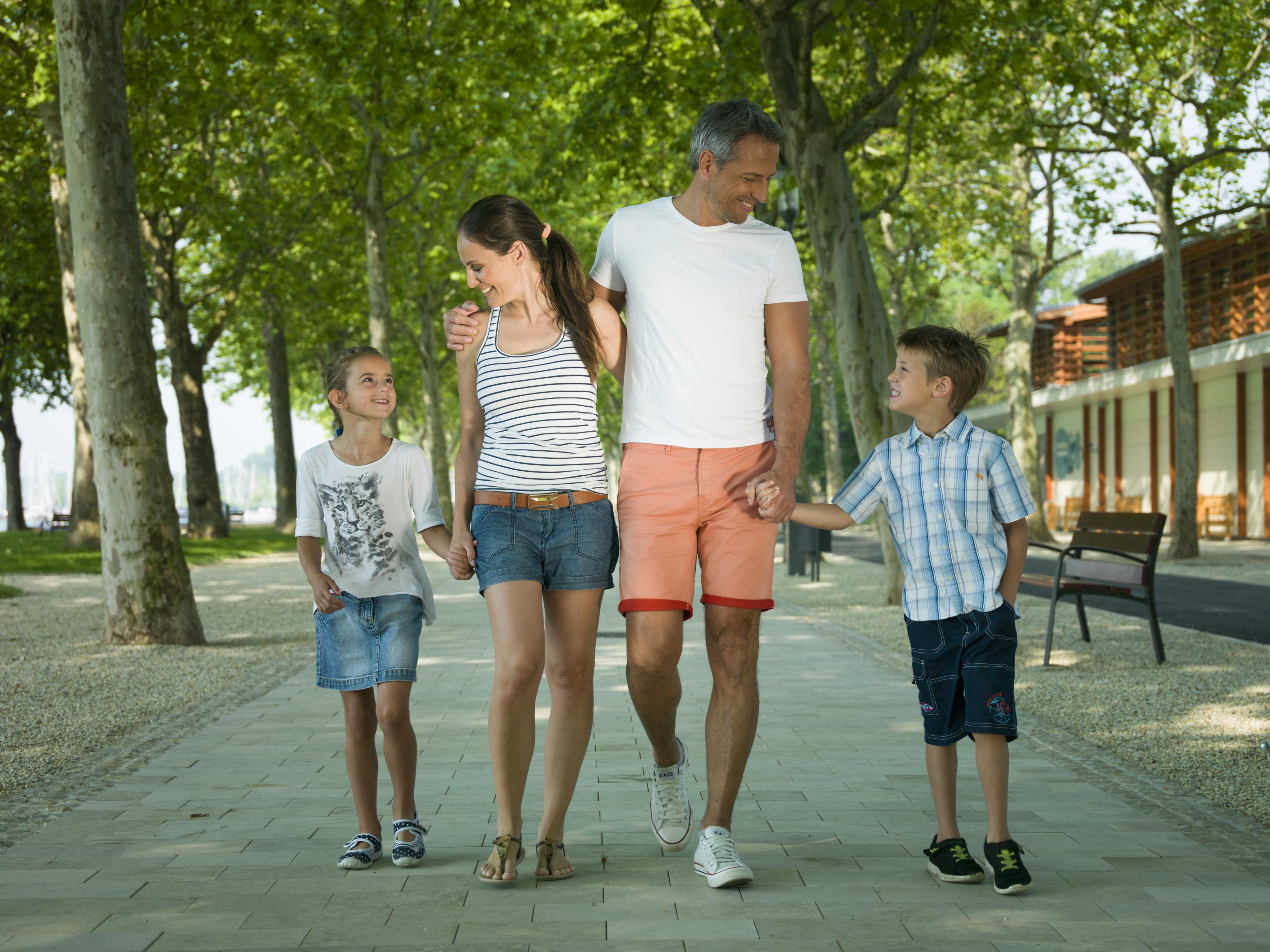 együtt sétál a család a Balatonon