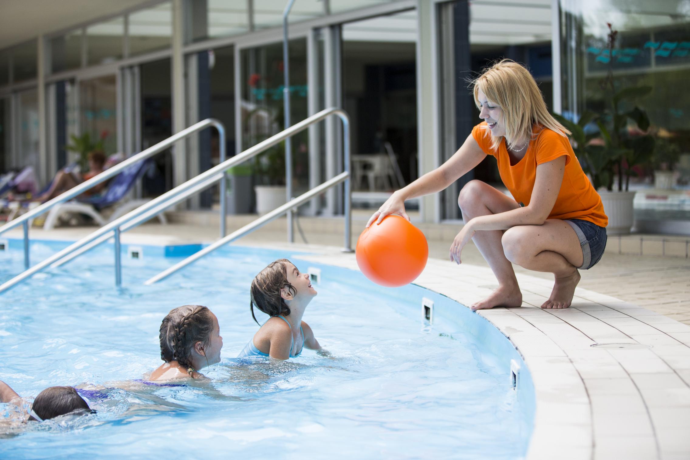 gyerekek wellness a medencében animátorral