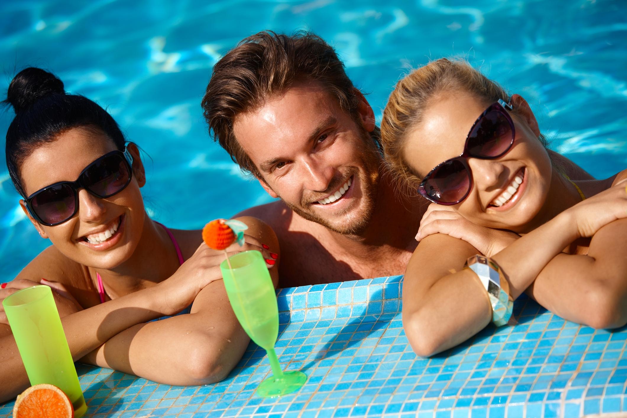 Три девушки и парень у бассейна #3