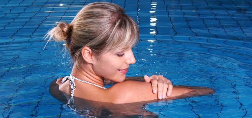 Vízben fürdőző nő