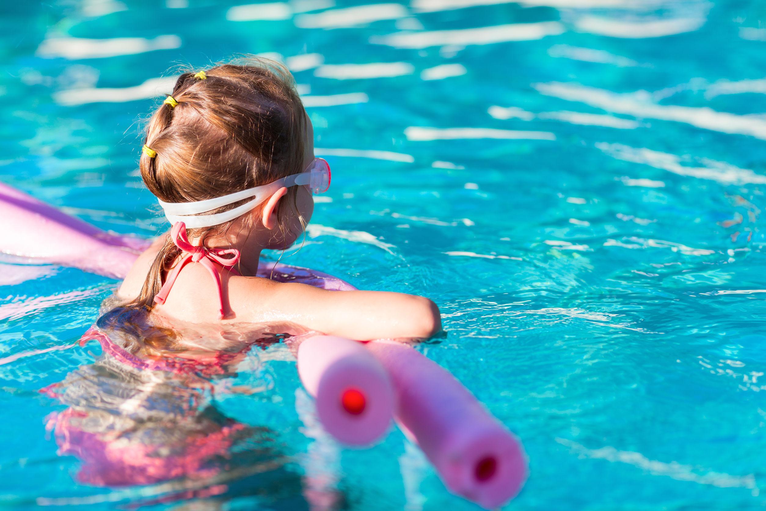 Gyermekbarát wellness foglalkozás a medencében
