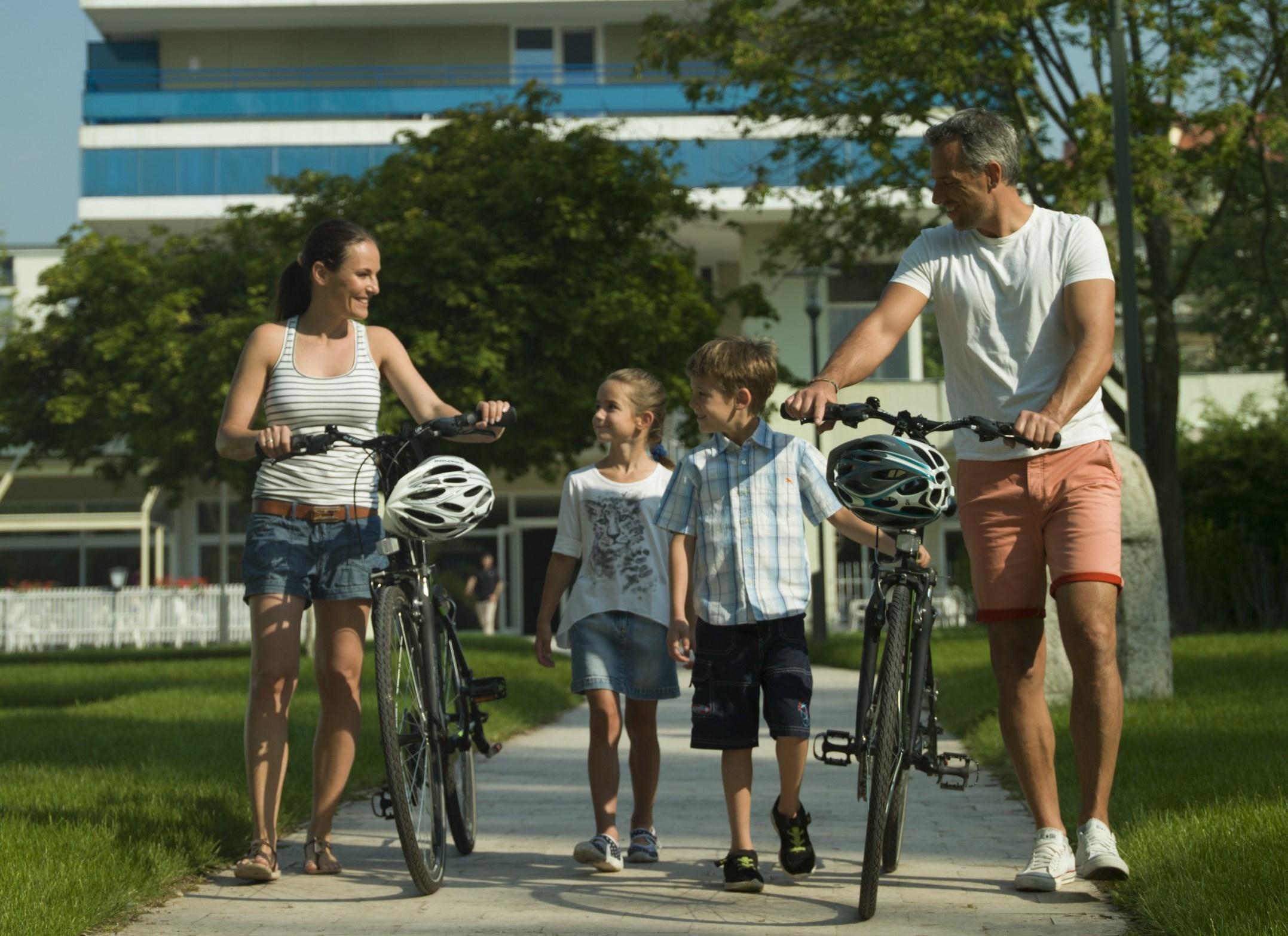 A család biciklizni indul