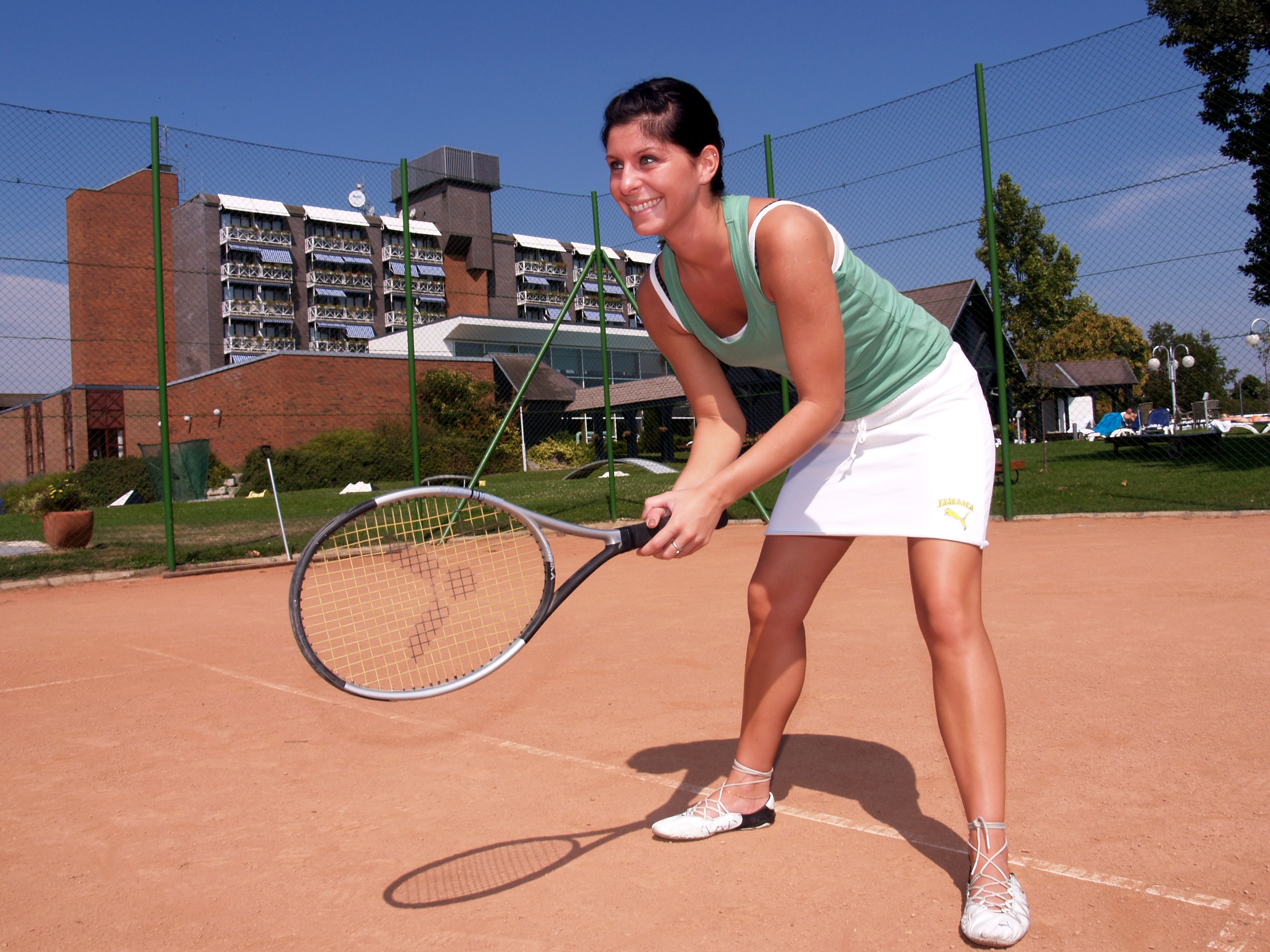 Teniszezik egy hölgy a szálloda pályáján