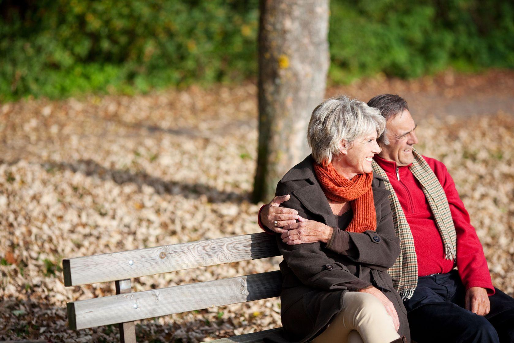 padon ülő pár az őszi napsütésben