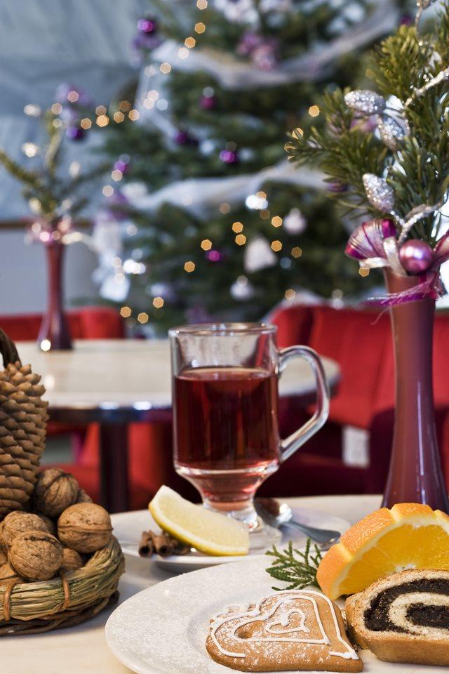 karácsonyi terített asztal forralt borral, dióval és naranccsal
