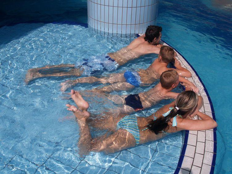 gyerekek a medencében