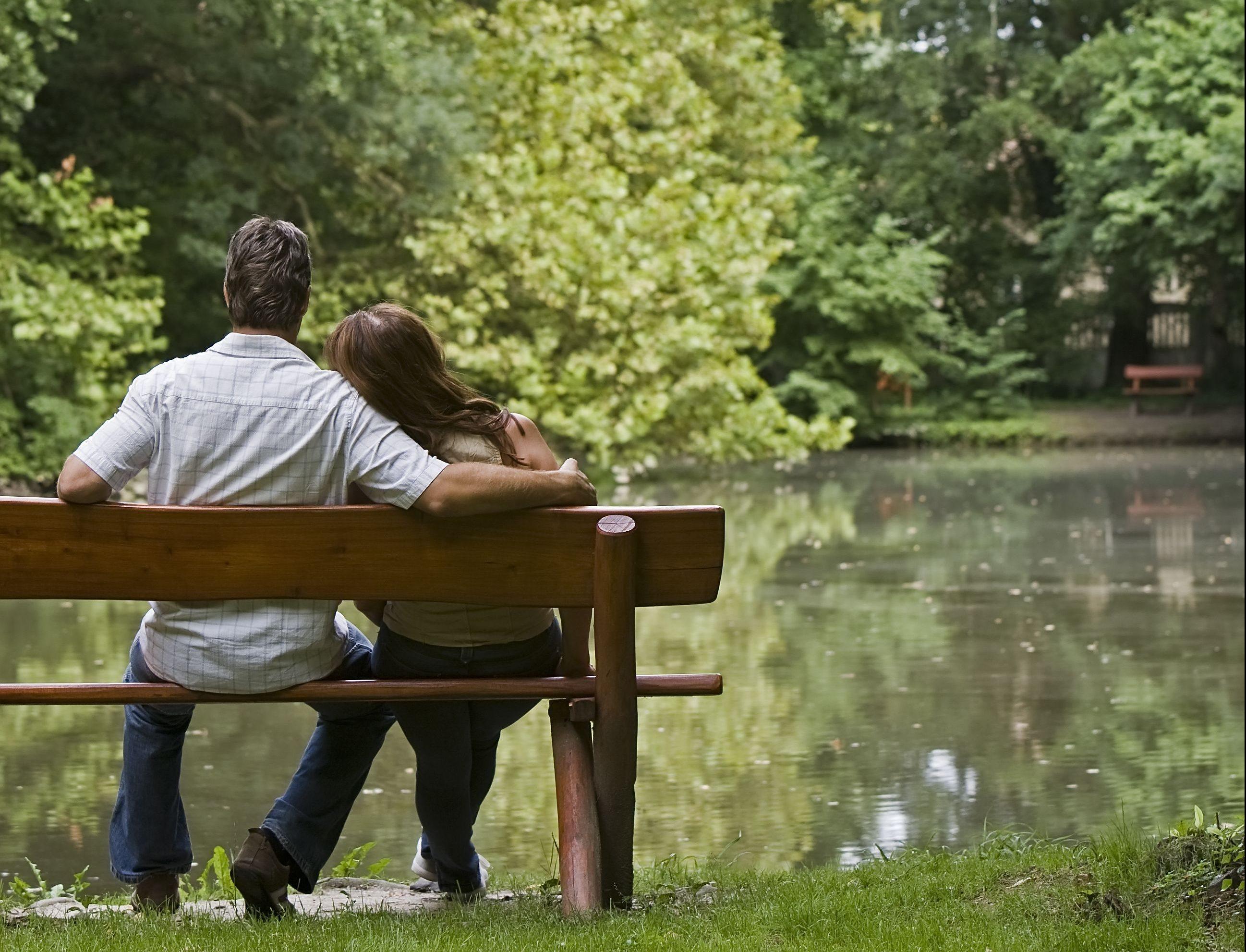 Romantikus ücsörgés a tóparton