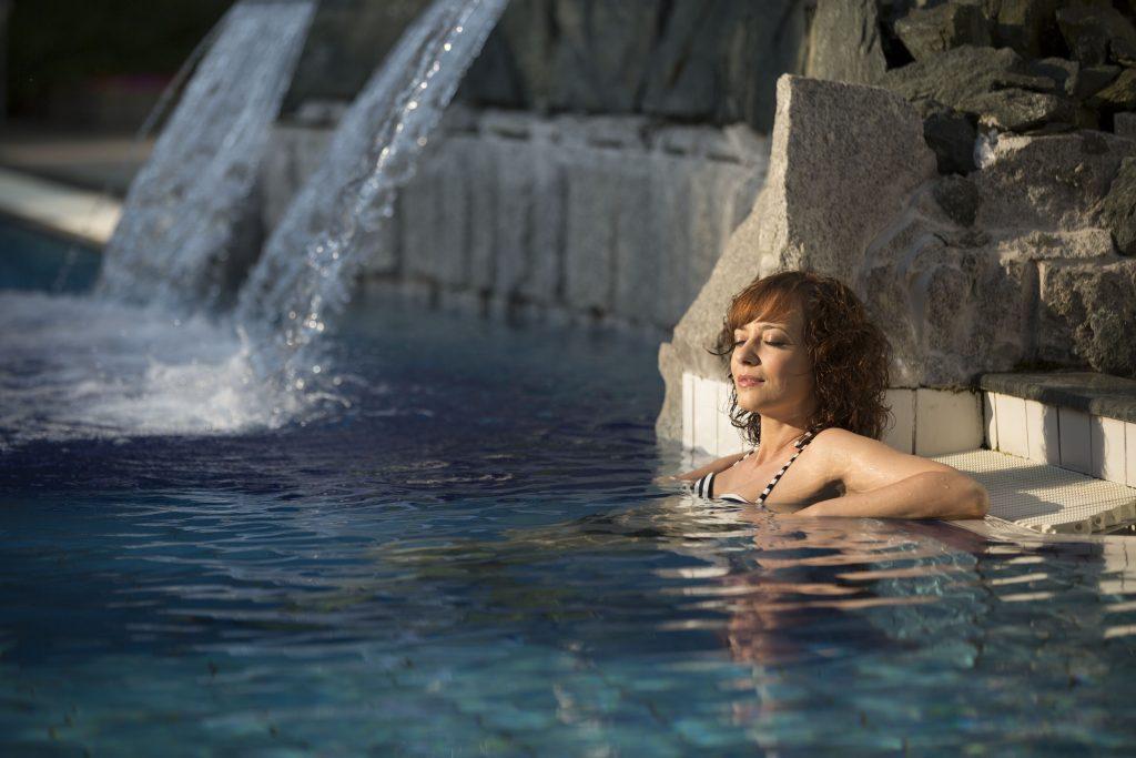 Wellness fürdőzés termál medencében
