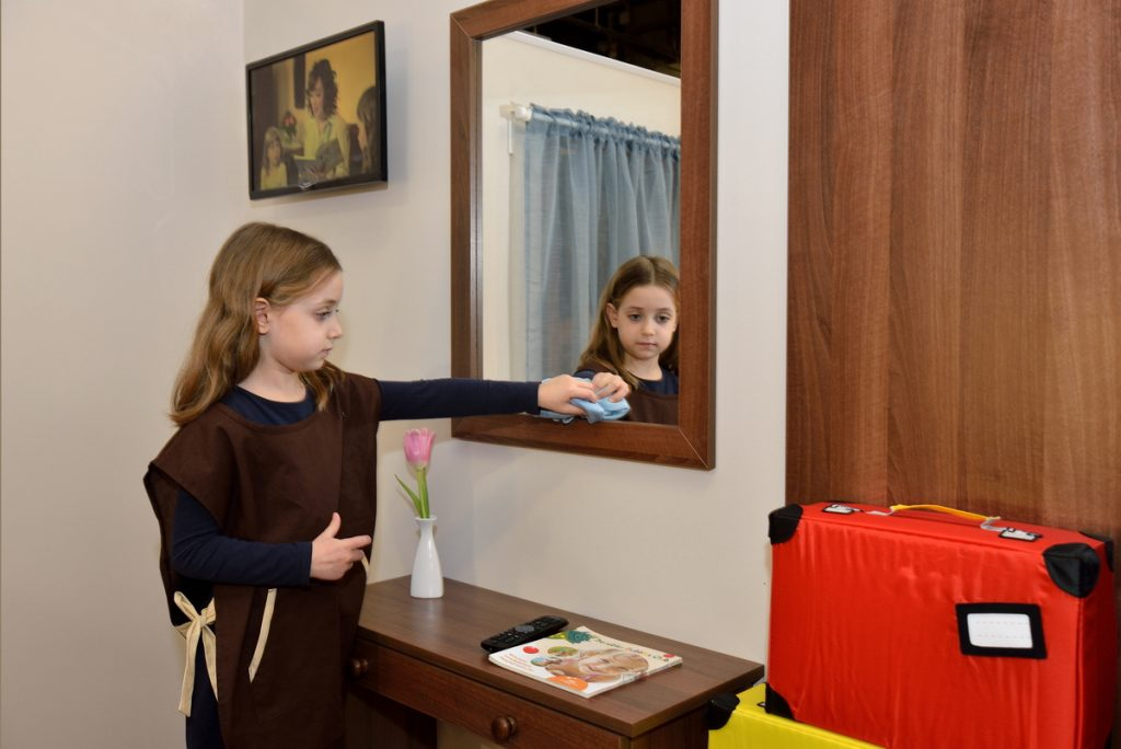 szobalány takarít a miniHotelben
