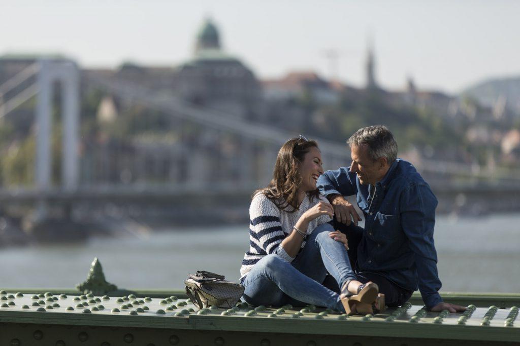 középkorú pár a Szabadság hídon