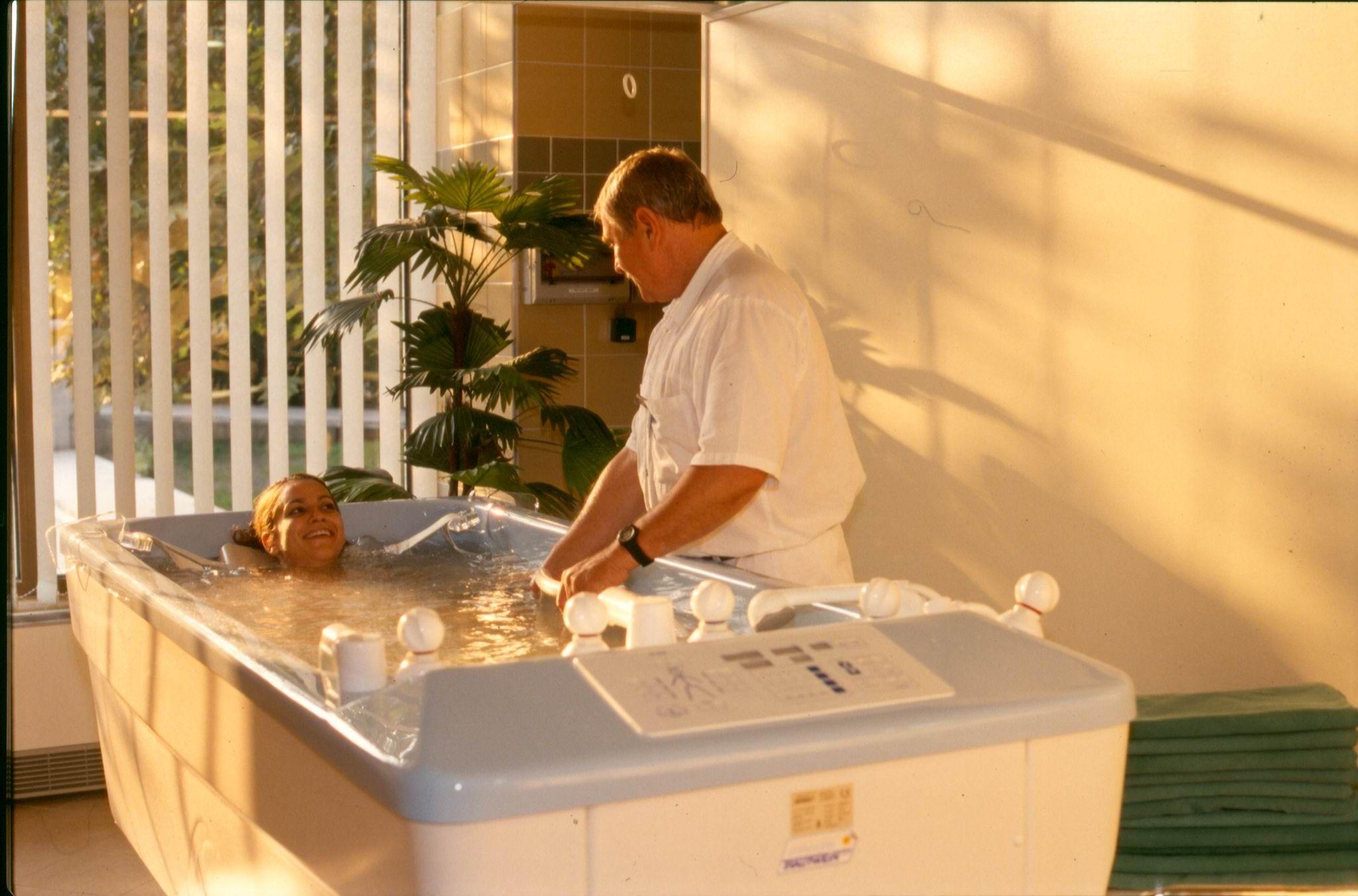forró fürdőt vehet igénybe magas vérnyomás esetén)