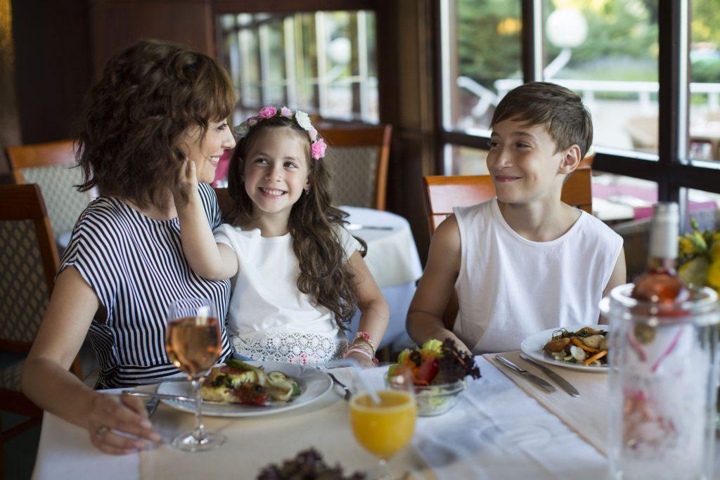 család az étteremben