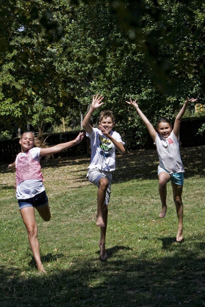 szabadban játszó gyerekek
