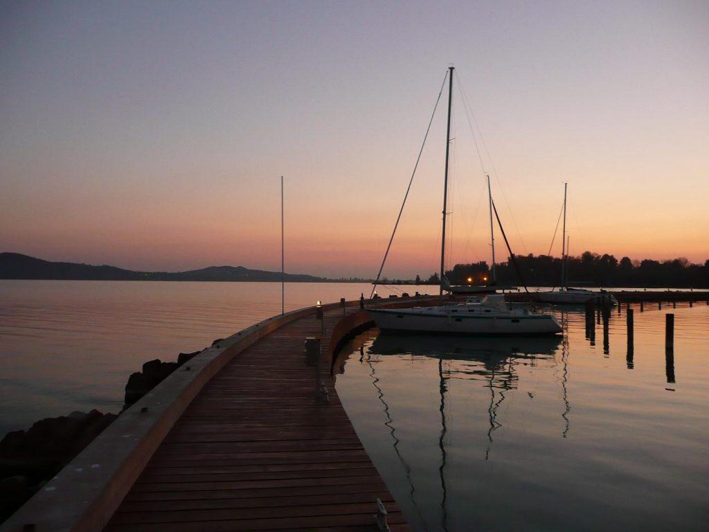 naplemente a kikötőben