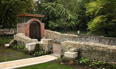 A hajdani domonkosrendi kolostor ma is látható romjai