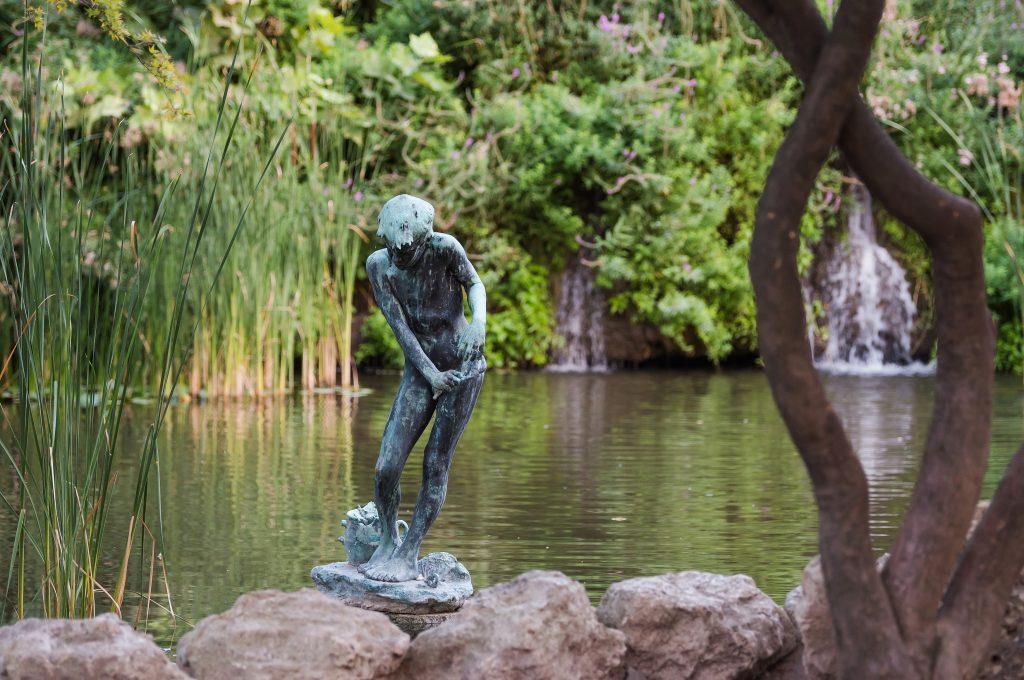 """""""Rákász fiú"""" Ligeti Miklós szobra a Japánkertben"""