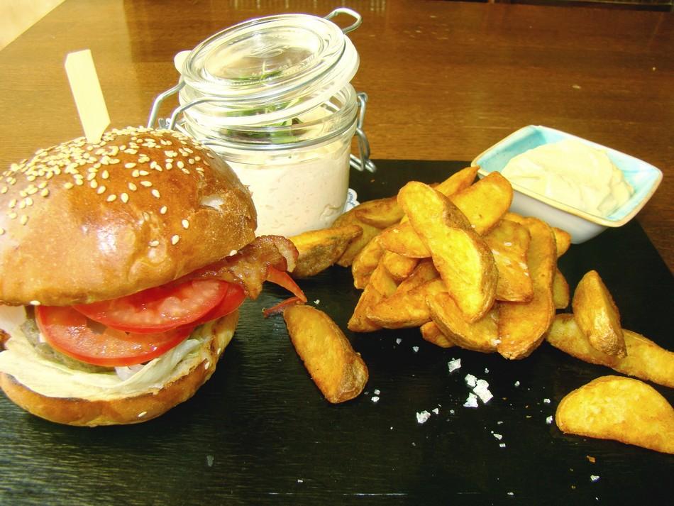 hamburger házi sütésű zsemlében
