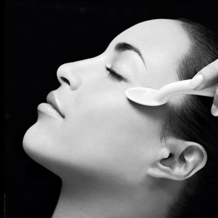 Smoothing facial, neck and neckline treatment with exclusive eye area therapy